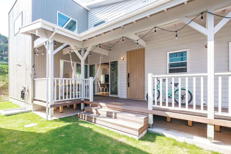 富士ホームズデザイン【デザイン住宅、輸入住宅、インテリア】カバードポーチはバーベキューやハンモックでの読書など多彩な楽しさ、豊かさをもたらしてくれる。屋外シャワーも大活躍