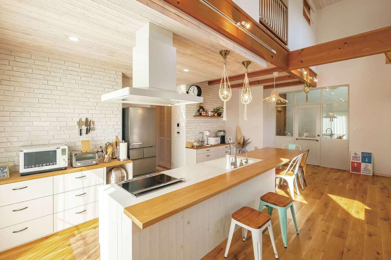 富士ホームズデザイン【デザイン住宅、輸入住宅、インテリア】レンガ張り&造作ボードのキッチン。既製のシステムキッチンでは得られない、リビング空間との調和がうれしい