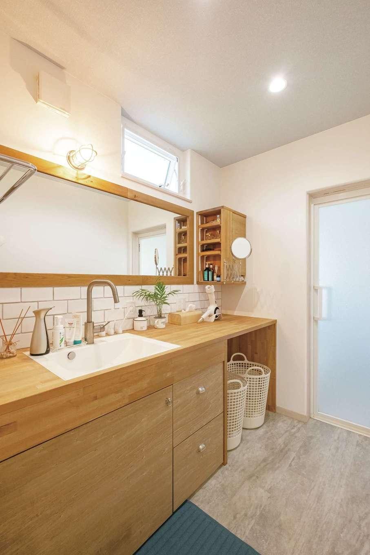 富士ホームズデザイン【デザイン住宅、輸入住宅、インテリア】造作の洗面台はナチュラルな仕上がり。大きな鏡で朝の準備もストレスなし