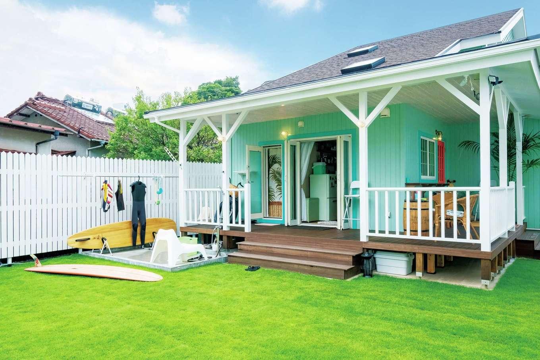 富士ホームズデザイン【デザイン住宅、二世帯住宅、インテリア】お湯も出る屋外シャワースペースから浴室直通の動線を用意。庭やウッドデッキまでが一体となり、サーフィンライフに豊かさと便利さがもたらされている