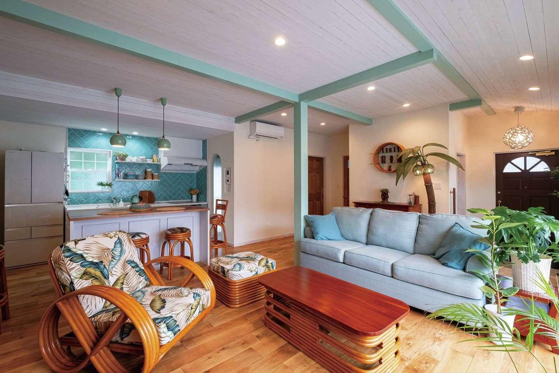 富士ホームズデザイン【デザイン住宅、二世帯住宅、インテリア】ファブリックまで指定したラタンの家具が大らかなLDKにくつろぎを溶け込ませている。床は無垢オーク、壁は珪藻土。柱と梁は外壁と同じ色合いに。天井はあえてラフに塗り上げることで、ほっとするあたたかみが生まれている