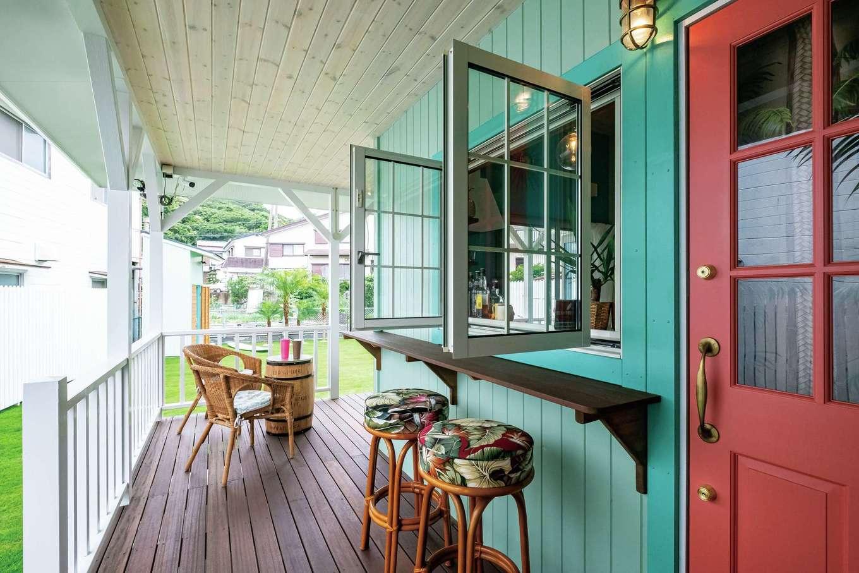 富士ホームズデザイン【デザイン住宅、二世帯住宅、インテリア】役割多彩なカバードポーチは、キッチンの窓を開ければ、海沿いのカフェのよう。ここでサーフィン仲間と過ごすことも多い。ピンクのドアもお気に入り