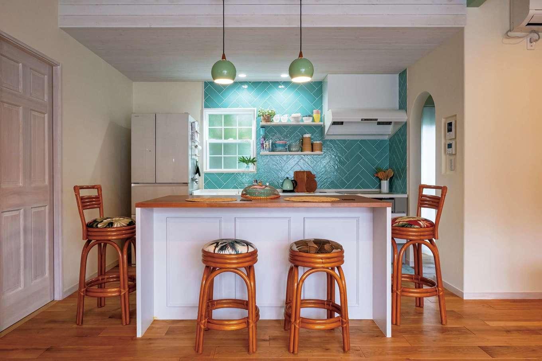 富士ホームズデザイン【デザイン住宅、二世帯住宅、インテリア】光の当たり方で表情を変えるタイルをヘリンボーン柄に張り、オリジナリティとさわやかさが同居するキッチンに。アイランドスタイルのテーブルは、気に入ったものを参考に造作してもらうことで、コストを抑えることができた