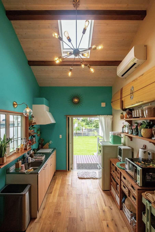 富士ホームズデザイン【デザイン住宅、二世帯住宅、インテリア】広さは控え目だが、デッキや庭を取り込み、色や装飾で楽しさを添えることで、快適に過ごせるキッチンに