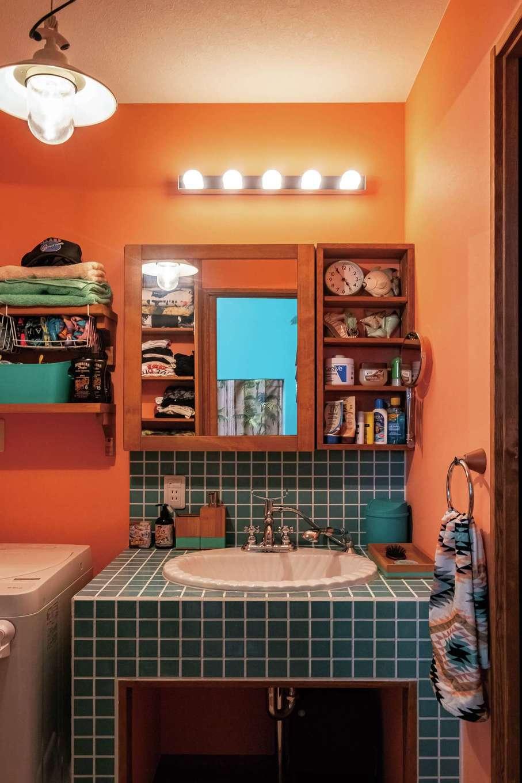 富士ホームズデザイン【デザイン住宅、二世帯住宅、インテリア】タイル仕立ての1階洗面台。憧れていたハリウッドランプを採用