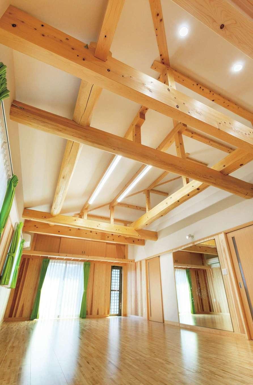 木造建築の特徴である美しい木組みの構造材を現しにした多目的ルーム。家族みんなで楽しんで使えるように丈夫な板壁、床は硬く傷つきにくい桜と、体育館仕様でつくられている