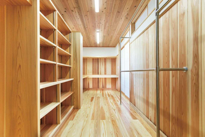 全面が杉でつくられた、やわらかい雰囲気のウォークインクローゼット兼書庫
