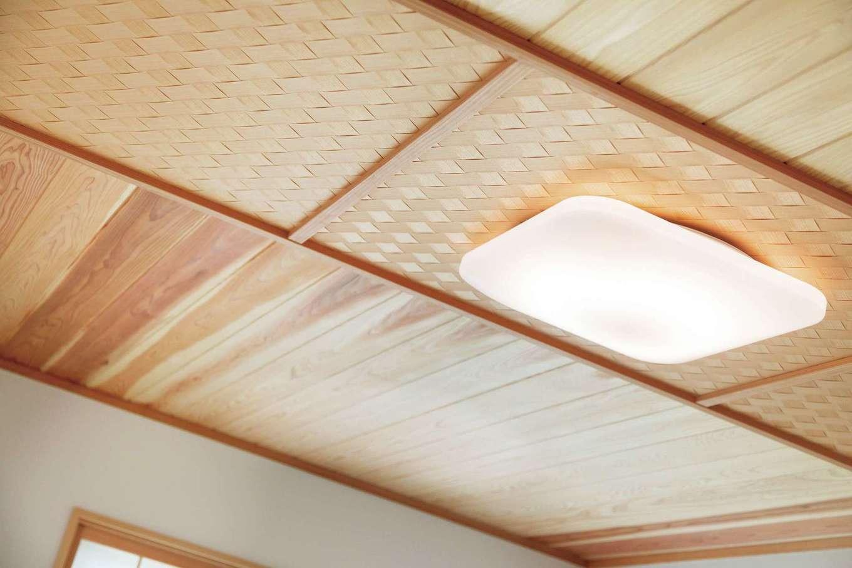 網代と無垢板を組み合わせた和室の天井など、大工の手仕事と創意工夫を至る所で見ることができる