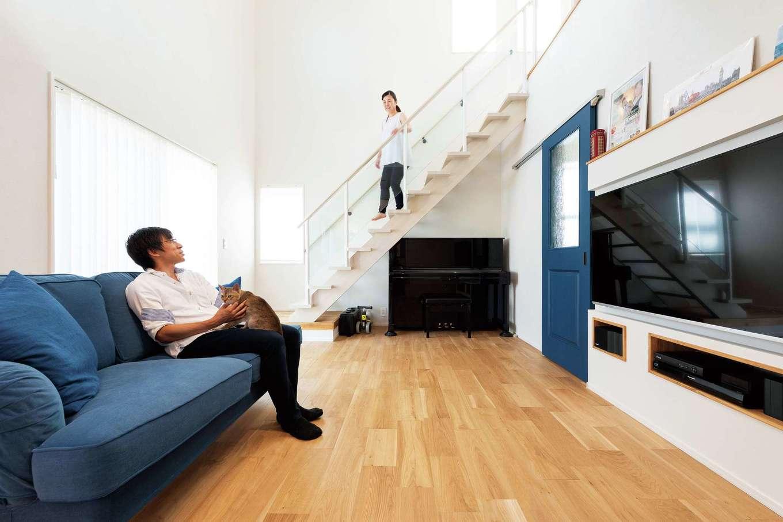 F.Bird HOUSE(袴田工務店)【輸入住宅、間取り、ガレージ】開放感あふれる吹抜けのリビング。大好きなブルーがナチュラルな空間の差し色に。見上げると2階の窓越しに青空が見える