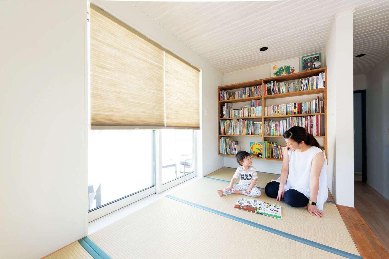F.Bird HOUSE(袴田工務店)【輸入住宅、間取り、ガレージ】2階フリースペースに設けた小上がりの畳コーナー。本棚を造作し、ファミリーライブラリーに