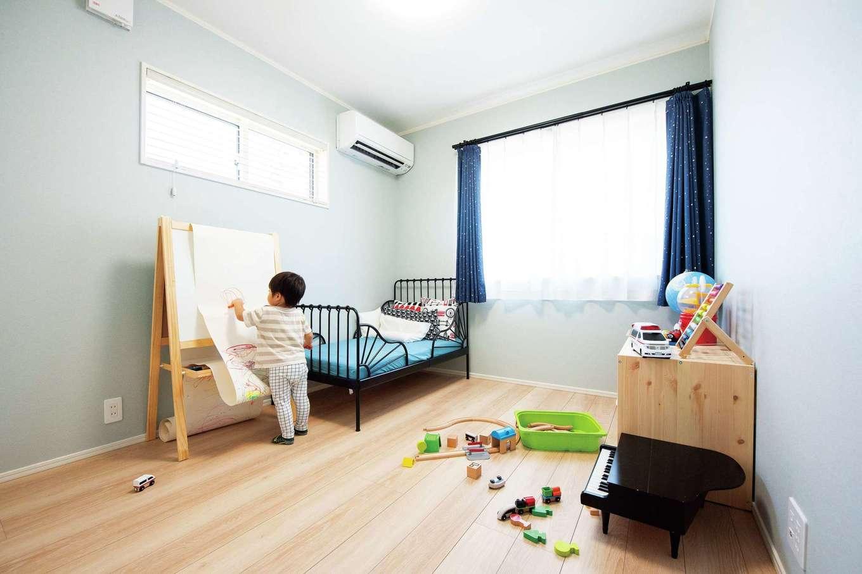 F.Bird HOUSE(袴田工務店)【輸入住宅、間取り、ガレージ】日当たり抜群の子ども部屋。ファブリックもブルーでコーディネート