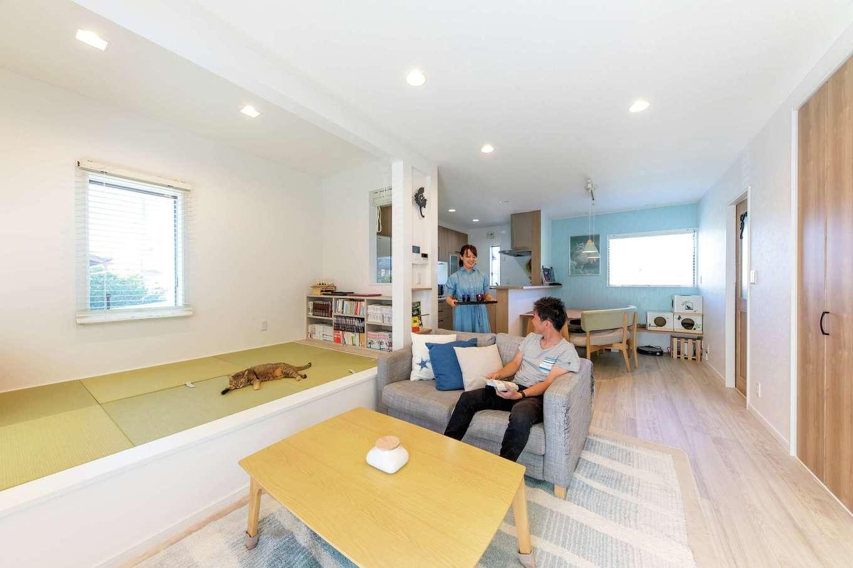 明和住宅【狭小住宅、間取り、屋上バルコニー】隣家や道路からの視線を気にせずくつろげるLDK。北欧風を意識した明るめのカラーも空間を広く開放的に見せるポイントの一つ。デザインテイストは『明和住宅』で建築中の企画住宅をいくつか見学して決めたそう