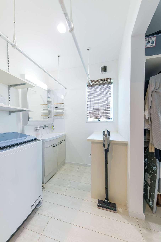明和住宅【狭小住宅、間取り、屋上バルコニー】2階に洗濯部屋を設けて干す動線を短縮。隣がクローゼットで、しまう動線も短くてすむ