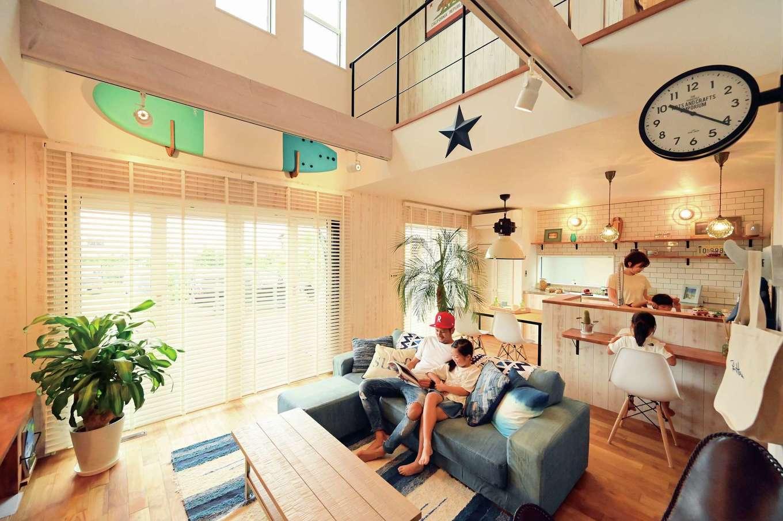 サーフボードはリビングのキーアイテム。ヴィンテージ加工した板張りの壁とチークの床が、Y邸にカリフォルニアの風を運んでいる