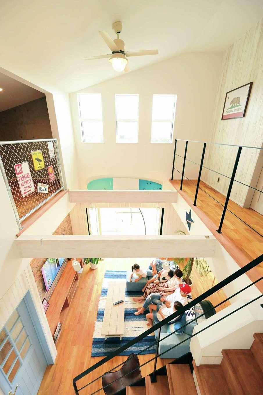 クローバーハウス 【輸入住宅、省エネ、インテリア】勾配天井の吹き抜けリビングは最上の居心地。TV背面のレンガやロフトのアメリカンフェンスも使いたかったアイテム