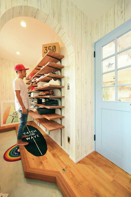 クローバーハウス 【輸入住宅、省エネ、インテリア】シューズクロークにはスニーカーが趣味というご主人のコレクションが並ぶ