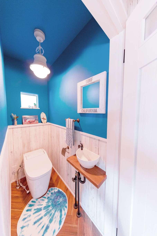 トイレと洗面の床はヘリンボーン。すべての空間が西海岸の世界観でデザインされている