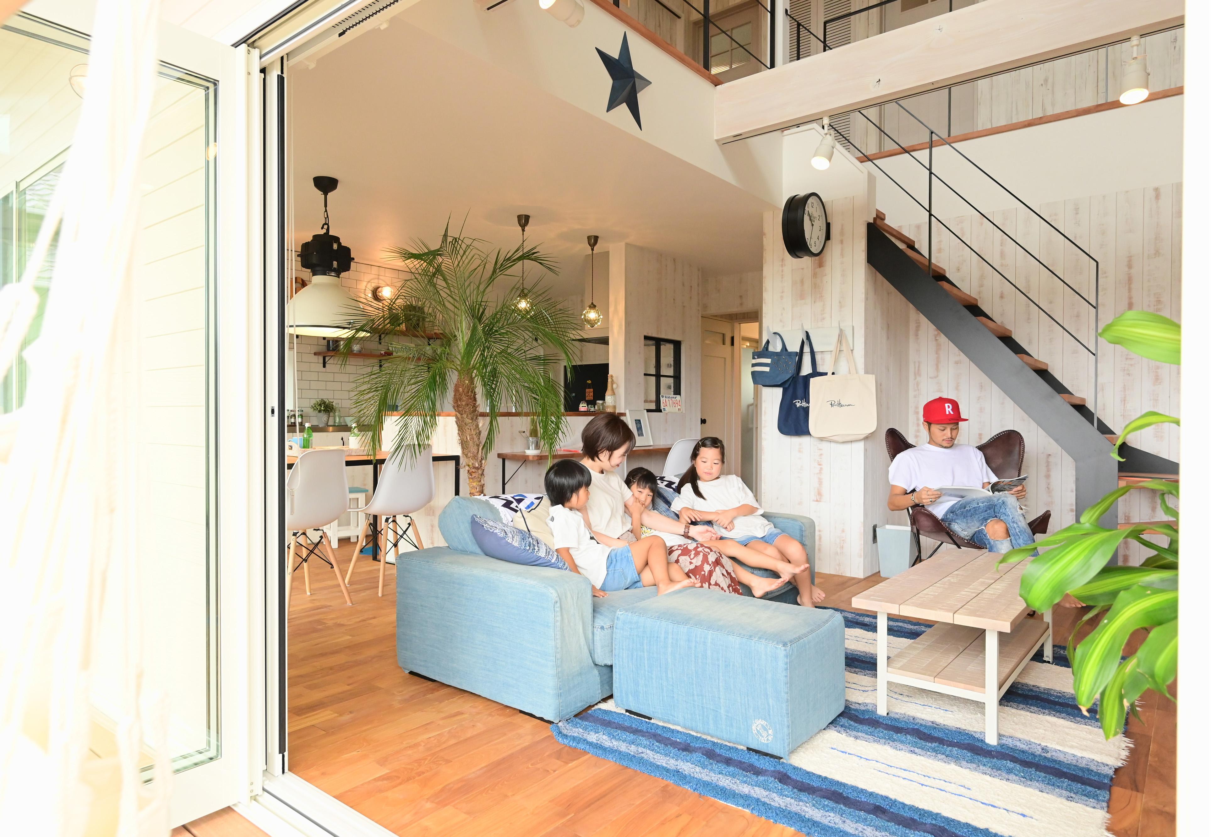 クローバーハウス 【輸入住宅、省エネ、インテリア】LDKは一面の窓を開け、開放的なアウトドアリビングとしても