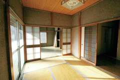 6畳の和室が4つと12畳のLDKがあり、それぞれ仕切られていたため閉鎖的で暗かった以前の間取り。そこで壁を取り払い、明るくて広いLDKを設計。無垢と自然素材に包まれた空気のきれいな空間に大変身。
