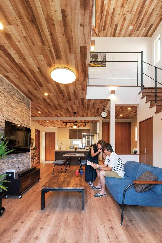 irohaco (アヴァンス)【1000万円台、デザイン住宅、間取り】ダイナミックな吹抜けの開放感あふれるLDK。木目調とタイル調のクロスでブルックリンテイストにコーディネートされた空間に、時間がゆっくりと流れる
