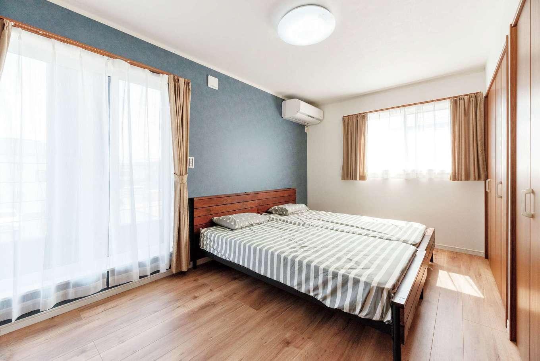 irohaco (アヴァンス)【1000万円台、デザイン住宅、間取り】バルコニーと直結した8畳の主寝室。ネイビーのアクセントクロスで柔らかな雰囲気を演出。東側の小窓を開けると吹抜けとつながる