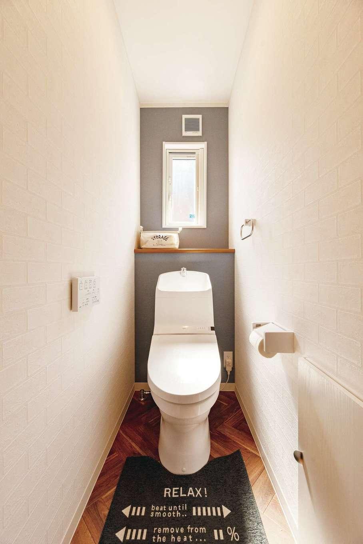 irohaco (アヴァンス)【1000万円台、デザイン住宅、間取り】ヘリンボーン柄がアクセントのトイレ。グレーの壁紙が落ち着いた印象をプラス