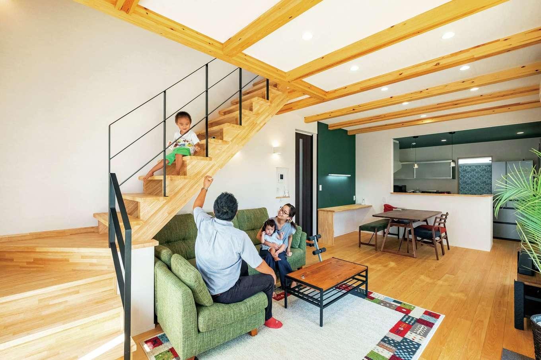 芹工務店【子育て、自然素材、間取り】LDKの床は足ざわりのよいヒノキの無垢フローリング。リビング・ダイニングの天井は約20cm上げて梁を出した。リビング階段も木の質感で揃え、大工が手作りで仕上げた