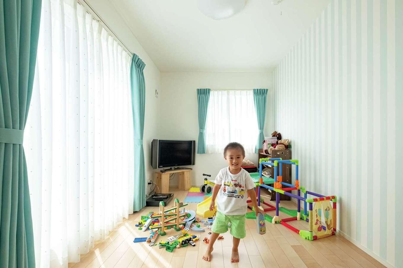 芹工務店【子育て、自然素材、間取り】長男の部屋はブルー系のカーテンとクロスで統一した