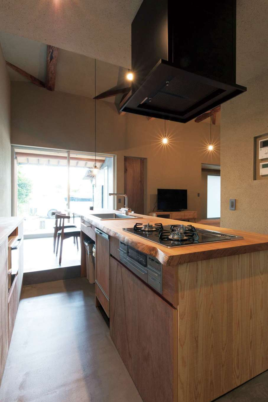 建杜 KENT(大栄工業)|ダイニングから一段下がったキッチン。土間で掃除もしやすい。ダイニングの窓の外はテラスへと続く