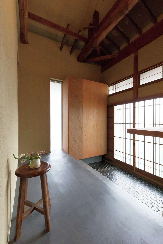建杜 KENT(大栄工業)|玄関ホールの床と式台もモルタルの床に。そのまま生かした三和土(たたき)のタイルがレトロモダンの空間づくりに一役買っている