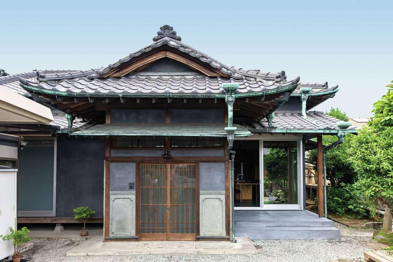 建杜 KENT(大栄工業)|50年経った銅板の青みが風格を添える外観。ダイニング側のテラスと縁側の一部に壁を新設し、玄関扉にはあえて古材を用いた