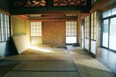 親戚が集まるO邸の母屋。昔ながらの日本家屋の間取りで、縁側のある一番日当たりの良い南面の和室は、普段使われない客間になっていた。また、襖で仕切る部屋は使いにくいため、ここを繋げて広い空間を確保することに