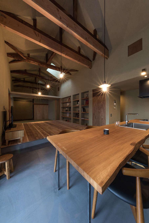 建杜 KENT(大栄工業)|ダイニングテーブルの一枚板は、そのままキッチンの天板につながる個性的な仕上がりに
