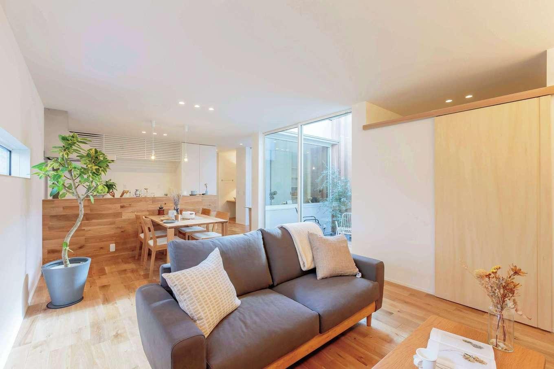 ARRCH アーチ【狭小住宅、建築家、平屋】無垢の質感が心地いいLDK。中庭に面して大開口を設けることで、光と風が家全体に行きわたる設計