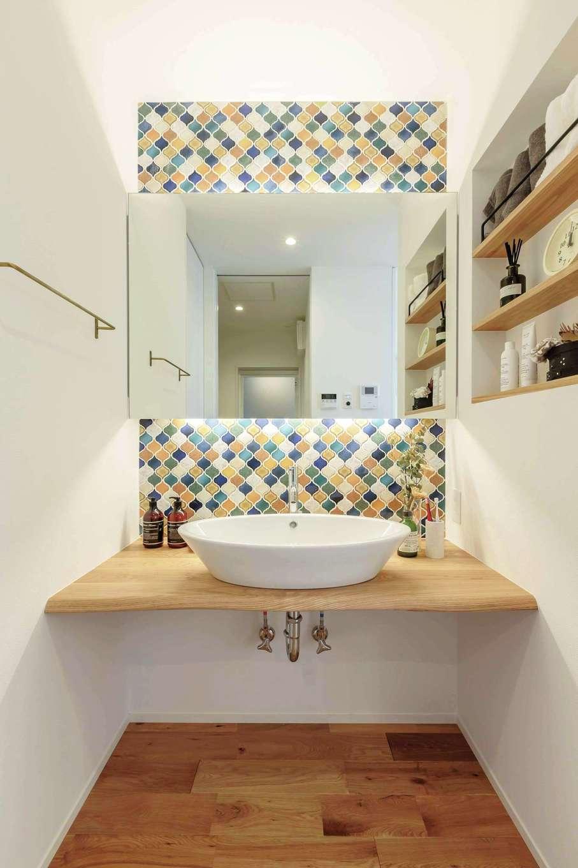 ARRCH アーチ【狭小住宅、建築家、平屋】モザイクタイルと間接照明でシンプルな空間に彩りをプラスした洗面スペース