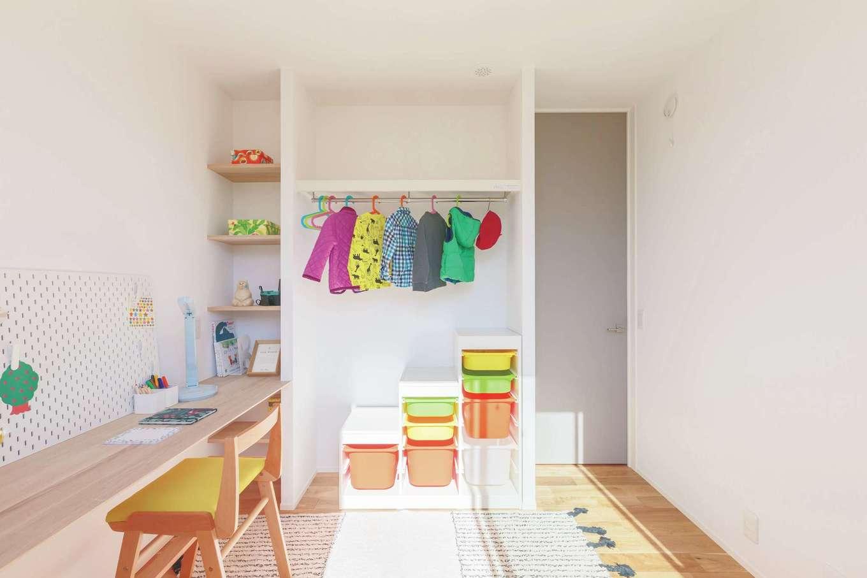 ARRCH アーチ【狭小住宅、建築家、平屋】建築家が「ゴールデン4畳半」と名付けたこだわりの子ども部屋。スタディカウンターやオープンクローゼットを造作し、ベッドを置いても十分な広さが確保されている