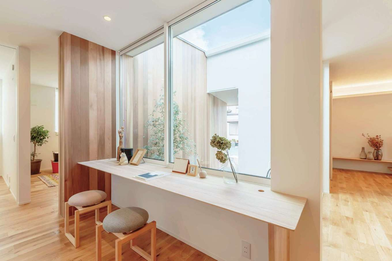 ARRCH アーチ【狭小住宅、建築家、平屋】中庭に設えられた板張りの外壁と内装デザインがゆるやかにつながり、外と内の空間に一体感をもたらしている