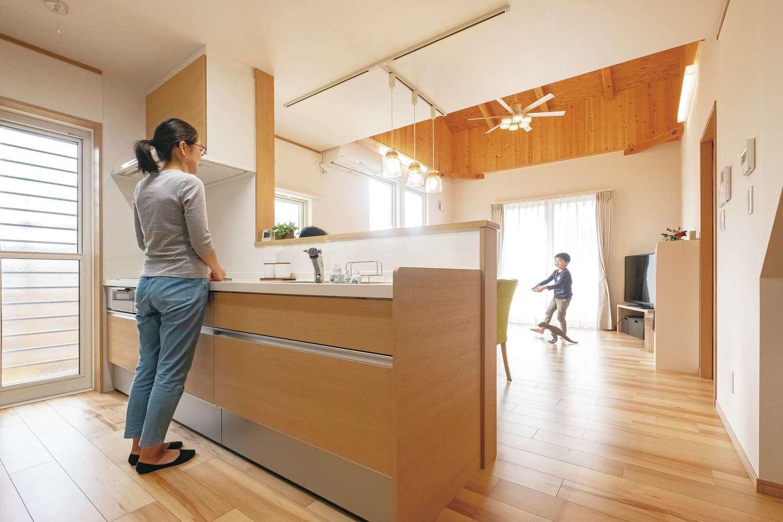 キッチンカウンターは手元を隠せる高さと、太すぎず細すぎない幅が奥さまのこだわり。キッチンに立つとリビングダイニングで過ごす家族の様子が自然に目に入る