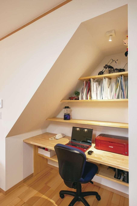 階段下の空間を活用してパソコンコーナーに。家族の気配を感じながら、家事の合間に作業ができる
