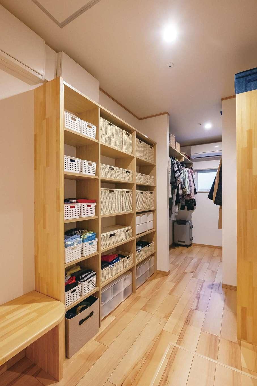 1階の納戸はお母さまの衣類と、家族の普段着やパジャマなどを収納。洗って干して収納まですべて1階で済ませられる