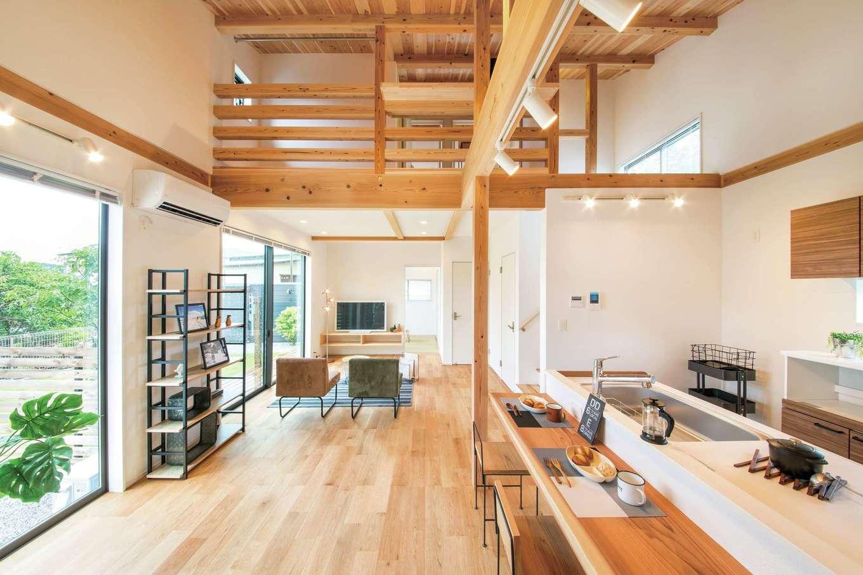 住たくeco工房【1000万円台、子育て、自然素材】吹抜けのあるLDK。同社の家は低価格でありながら、無垢材や断熱材、サッシなどに良材を使用。長期優良住宅と同レベルの耐震・気密・断熱性能を誇る