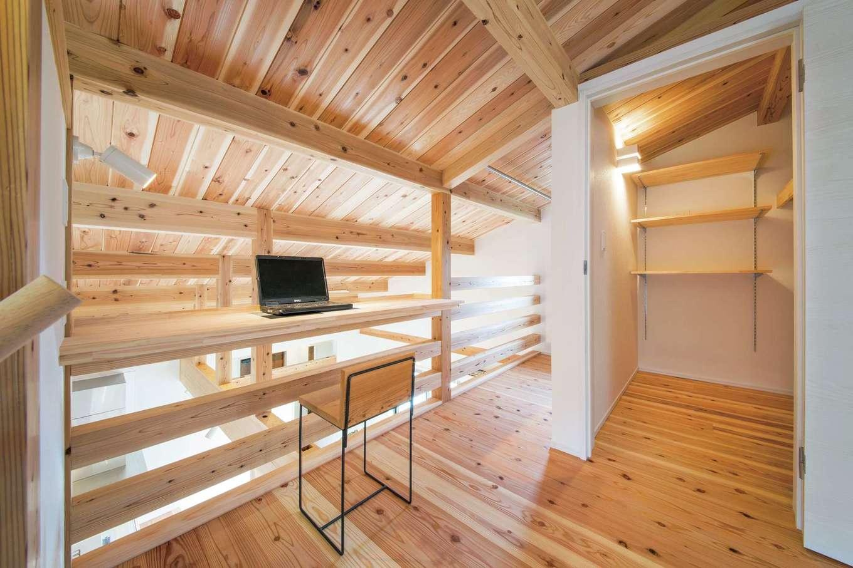 住たくeco工房【1000万円台、子育て、自然素材】2階のフリースペースはカウンターと収納付き。将来子ども部屋として使うこともできる