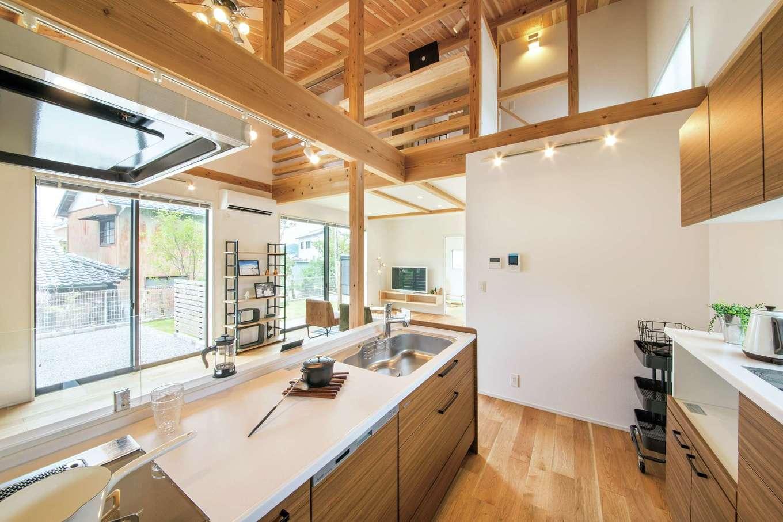 住たくeco工房【1000万円台、子育て、自然素材】梁組みがダイナミックなキッチン。建物の構造や内装には天竜材を使用