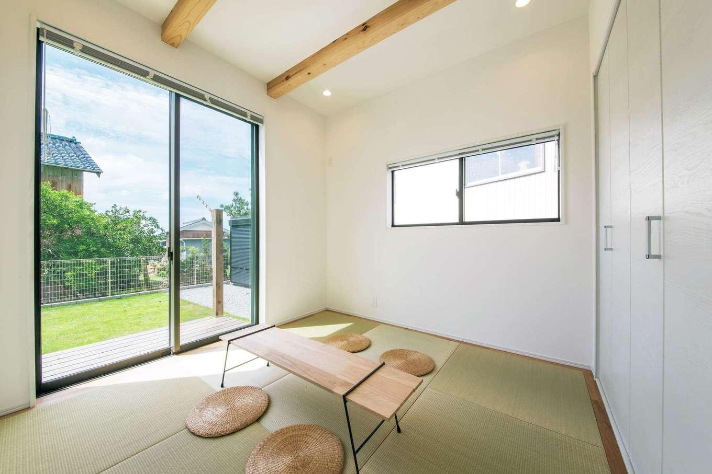 住たくeco工房【1000万円台、子育て、自然素材】リビングの奥の和室は白い壁でシンプルにデザイン