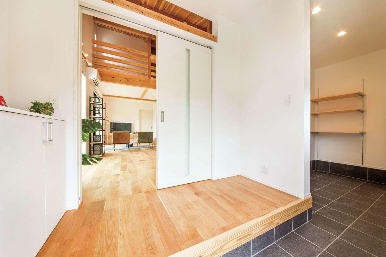 住たくeco工房【1000万円台、子育て、自然素材】玄関は土間を広くとり、シューズクロークと手洗い場を設けた