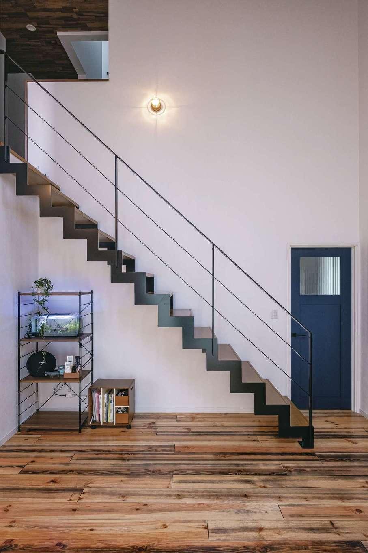 アフターホーム【趣味、屋上バルコニー、ガレージ】『アフターホーム』から提案されたというアイアンのストリップ階段は実用とデザイン性を兼ね、存在感抜群。サーファーズハウスを意識して階段の照明はマリンランプを採用
