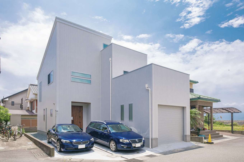 アフターホーム【趣味、屋上バルコニー、ガレージ】建物右側がインナーガレージ。玄関前にも来客用の駐車スペースを設けた