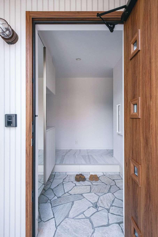 アフターホーム【趣味、屋上バルコニー、ガレージ】玄関ポーチから続く石畳。ローコストでも高級感のある素材を使えるのが『アフターホーム』の強み