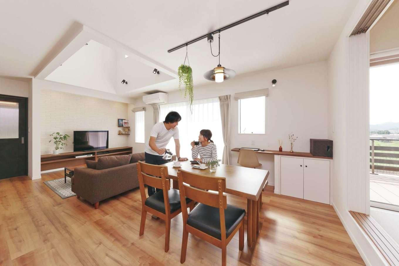 アフターホーム【デザイン住宅、趣味、間取り】白、ブラウン、グレーの3色が織りなすやわらかな印象を、ライトレールやスポットのブラックが引き締めている。カウンターデスク、テレビボードは造作で雰囲気を統一。テレビ背面の壁は吸湿・脱臭効果のあるエコカラットを採用した