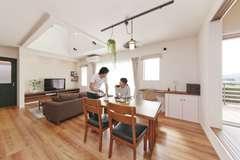 夫婦で楽しむカフェタイム 。シンプルでお洒落な北欧風の家